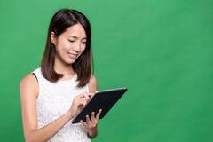 Mujer que usa el ordenador digital de la tablilla Fotos de archivo
