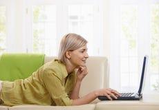 Mujer que usa el ordenador en el país Imagen de archivo