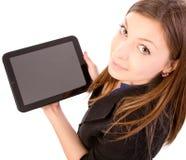 Mujer que usa el ordenador o el iPad de la tablilla Foto de archivo