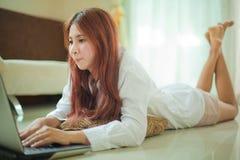 Mujer que usa el ordenador portátil Foto de archivo libre de regalías