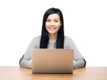 Mujer que usa el ordenador portátil Fotografía de archivo