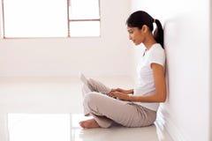 Mujer que usa el ordenador portátil fotos de archivo