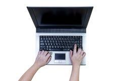 Mujer que usa el ordenador portátil aislado en el fondo blanco, trayectoria de recortes Fotografía de archivo libre de regalías