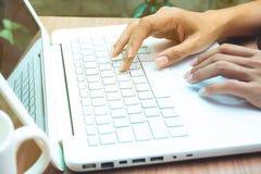 Mujer que usa el ordenador portátil Concepto en línea del márketing imagen de archivo libre de regalías