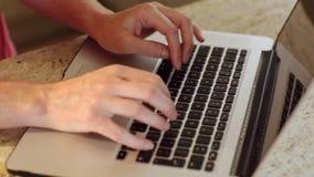 Mujer que usa el ordenador portátil en contador metrajes