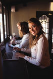 Mujer que usa el ordenador portátil en restaurante Imágenes de archivo libres de regalías