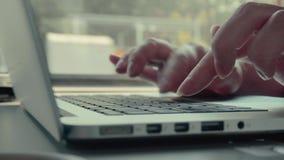 Mujer que usa el ordenador portátil en tren almacen de video
