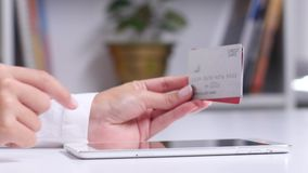Mujer que usa el ordenador portátil para en la línea compra con la tarjeta de crédito Cierre para arriba almacen de metraje de vídeo