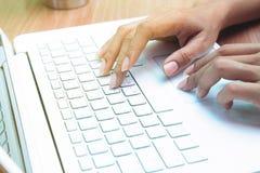 Mujer que usa el ordenador portátil Trabajo en el país freelancer Comercio electrónico o márketing foto de archivo