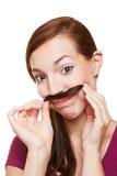 Mujer que usa el pelo como bigote fotografía de archivo