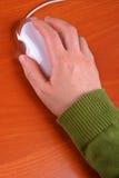 Mujer que usa el ratón del ordenador Foto de archivo libre de regalías