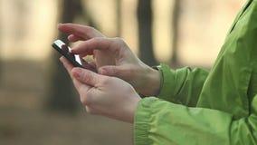 Mujer que usa el smartphone, charlando