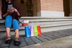 Mujer que usa el smartphone para hacer compras en línea, concepto que hace compras foto de archivo libre de regalías