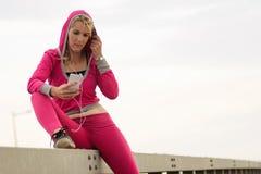 Mujer que usa el teléfono Foto de archivo libre de regalías