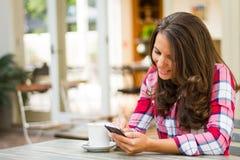 Mujer que usa el teléfono fotos de archivo libres de regalías