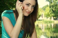 Mujer que usa el teléfono celular Imágenes de archivo libres de regalías