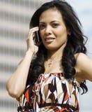 Mujer que usa el teléfono celular Fotos de archivo