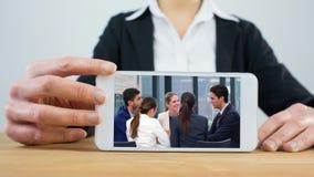 Mujer que usa el teléfono con la reunión de negocios almacen de video
