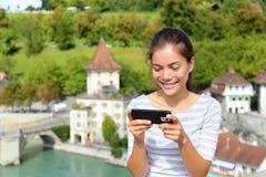 Mujer que usa el teléfono elegante app en Bern Switzerland Fotos de archivo
