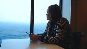 Mujer que usa el teléfono en cabina de la nave almacen de metraje de vídeo