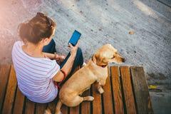 Mujer que usa el teléfono en el parque Imagenes de archivo