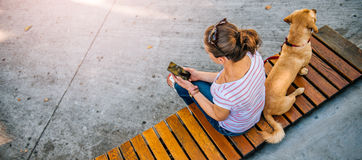 Mujer que usa el teléfono en el parque Fotografía de archivo libre de regalías