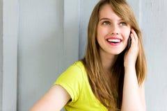 Mujer que usa el teléfono móvil Imagen de archivo