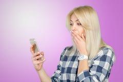Mujer que usa el teléfono móvil Fotos de archivo