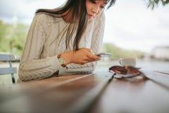 Mujer que usa el teléfono móvil al aire libre Fotos de archivo