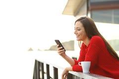 Mujer que usa el teléfono móvil al aire libre Imágenes de archivo libres de regalías