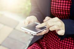 Mujer que usa el teléfono móvil, teléfono elegante, teléfono Imagen de archivo libre de regalías