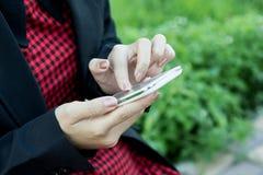 Mujer que usa el teléfono móvil, teléfono elegante, teléfono Foto de archivo libre de regalías