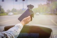 Mujer que usa el teléfono mientras que conduce el coche imagenes de archivo
