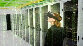 Mujer que usa el vídeo de VR metrajes