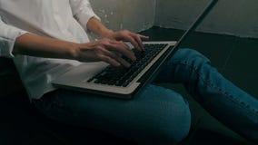 Mujer que usa en el ordenador portátil en casa almacen de metraje de vídeo