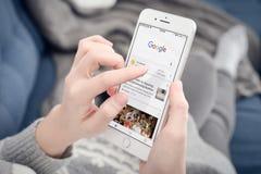 Mujer que usa Google app Imagen de archivo libre de regalías