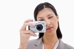Mujer que usa la cámara foto de archivo