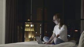 Mujer que usa la computadora portátil metrajes