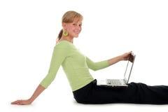 Mujer que usa la computadora portátil Imagen de archivo libre de regalías