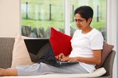 Mujer que usa la computadora portátil fotografía de archivo libre de regalías