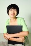 Mujer que usa la computadora portátil Imágenes de archivo libres de regalías