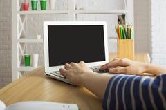 Mujer que usa la computadora portátil Foto de archivo
