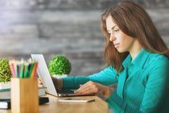 Mujer que usa la computadora portátil Imagen de archivo