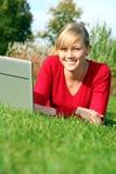 Mujer que usa la computadora portátil al aire libre Fotos de archivo