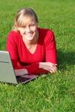 Mujer que usa la computadora portátil al aire libre Fotografía de archivo libre de regalías