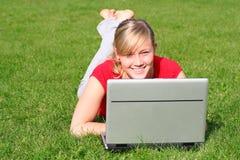 Mujer que usa la computadora portátil al aire libre Foto de archivo libre de regalías