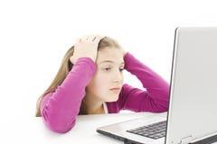 Mujer que usa la computadora portátil cansada Imagenes de archivo