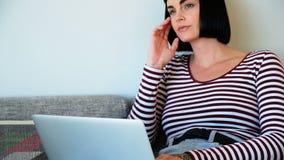 Mujer que usa la computadora portátil en el país almacen de metraje de vídeo