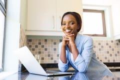 Mujer que usa la computadora portátil Fotografía de archivo