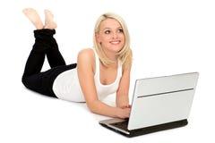 Mujer que usa la computadora portátil Imagenes de archivo